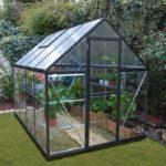 Gewächshaus als Aluminium mit grünen Pflanzen drin