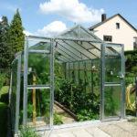 Gewächshaus aus Glas mit offenen Türen zur Veranschaulichung der inneren Pflanzen
