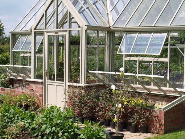 Gartengewächshaus mit geöffneten Fenstern