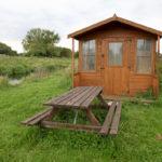 Gartenhaus mit Gartenbank und Tisch